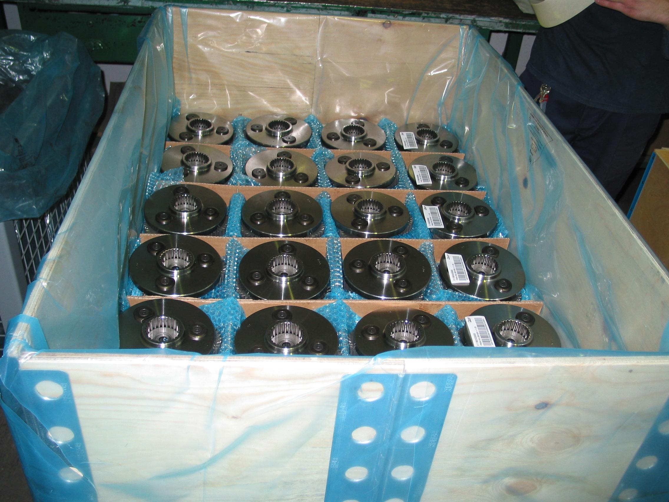 Kombinace opláštěné bedny, antikorozní fólie, kartonu a bublinkové fólie